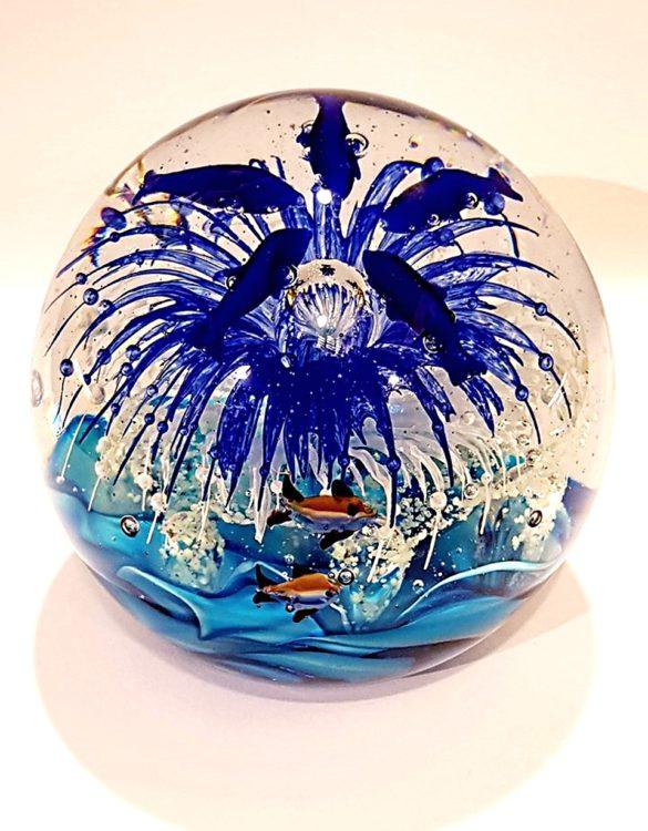 Palla di vetro acquario che si illumina di notte