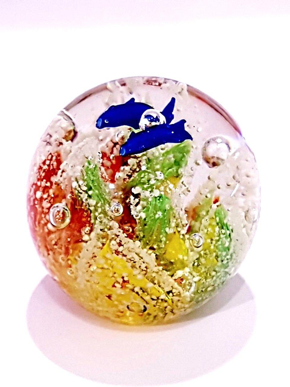Palla di vetro piccola che si illumina di notte