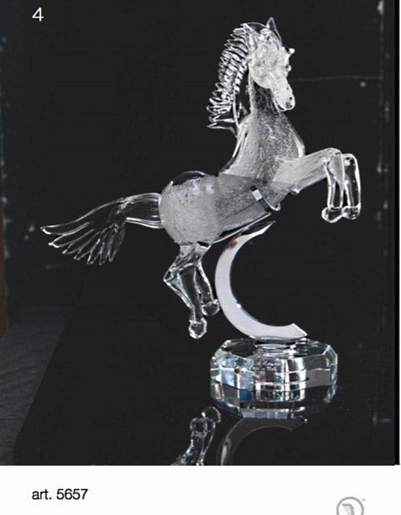 Cavallo con bolle bianco con base e appoggio