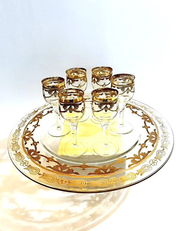 Vassoio e bicchieri da usare per bere